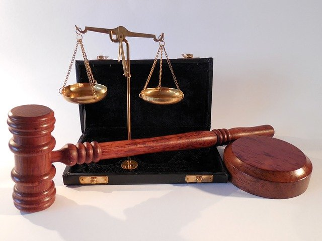 Scale and judge's gavel for retirement income you can earn by working as a scopist